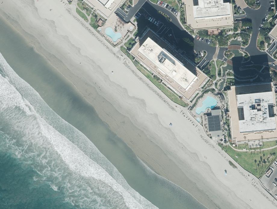 Carla Azcárraga Jean Controla un Lujoso Condominio a la Orilla del Mar, en California